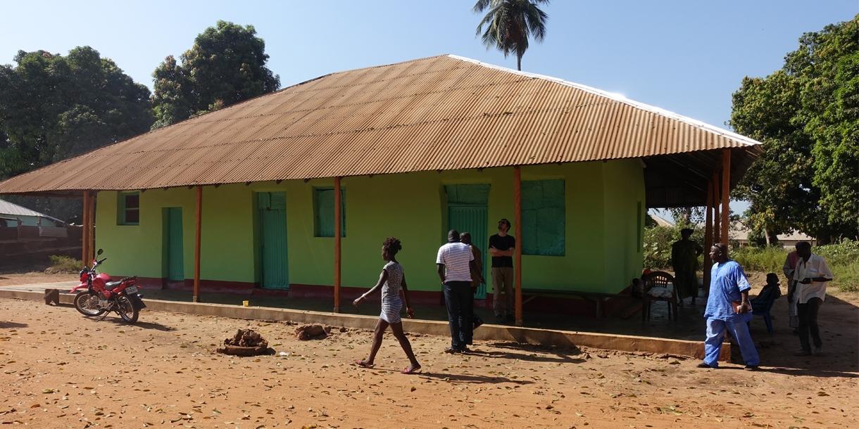 une femme et ses enfants retrouvent un logement digne fondation abb pierre. Black Bedroom Furniture Sets. Home Design Ideas