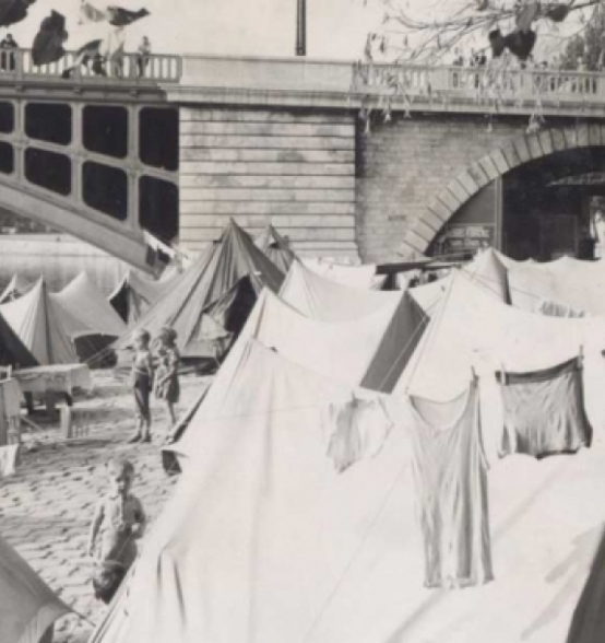 Tents under the arches of the Pont de Sully